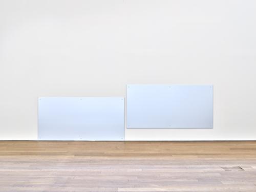 """Liam Gillick, """"Discussion Island Negotiation Plates"""", 1997, Collection Mudam Luxembourg, Donation 2018 - M.J.S., Paris. Vue de la présentation """"Hier, Aujourd'hui, Demain"""", Mudam Luxembourg, 20.06 – 06.09.2020"""