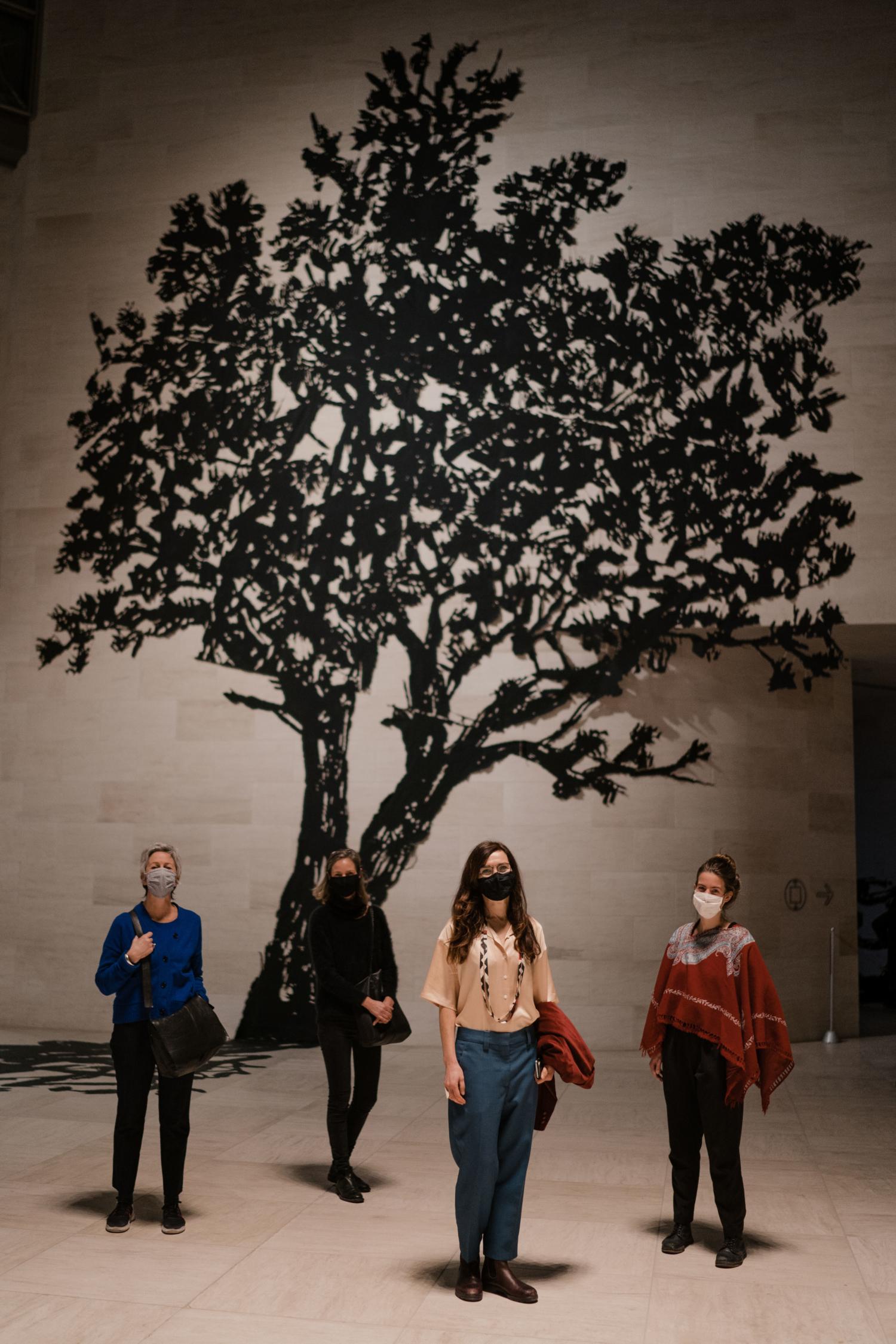 Sabine Theunissen et ses collaboratrices pour l'exposition de William Kentridge au Mudam