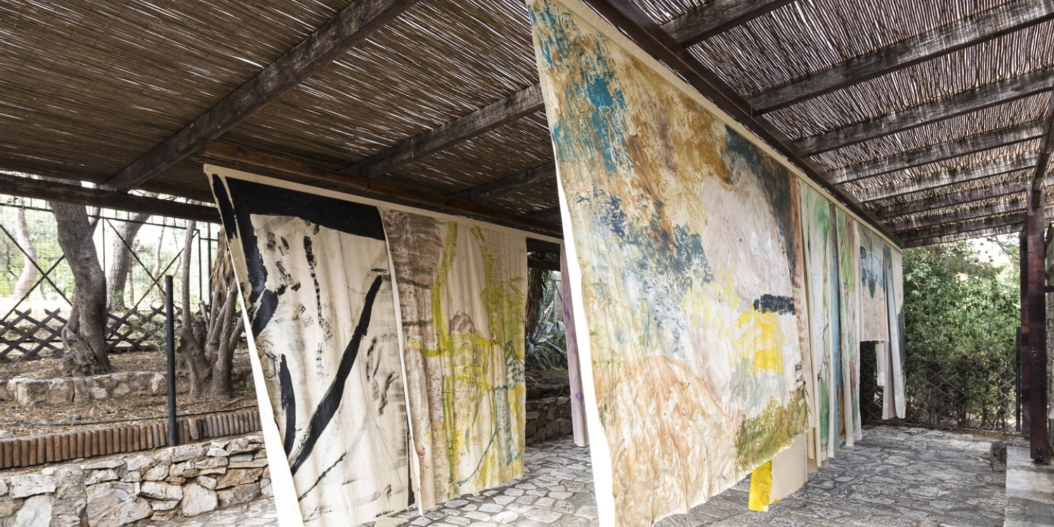 Vivian Suter, Nisyros, 2017, Collection Mudam Luxembourg – Acquisition 2018. Vue de l'installation, colline de Philopappos, chemin et pavillon Pikionis, Athènes, documenta 14