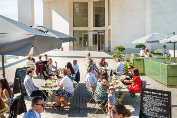 During summer, Mudam Luxembourg opens its Summer Café, located in the Park Dräi Eechelen, next to the beautiful building of Ieoh Ming Pei.